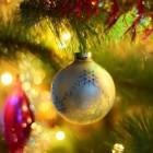 Kerstboom met ballen en duizenden beestjes