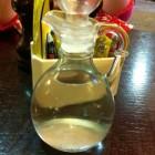 Vang fruitvliegjes met witte wijnazijn