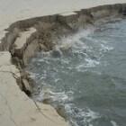 Strandval – zand van het strand zakt weg in zee