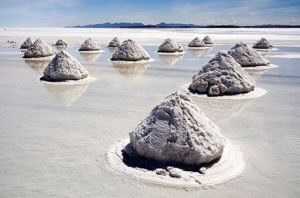 A salt flat in Bolivia, 'Salar de Uyuni' / Source: Luca Galuzzi (Lucag), edit by Trialsanderrors, Wikimedia Commons (CC BY-SA-2.5)